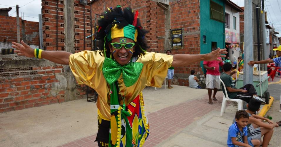 Torcedor brasileiro posa para fotos na chegada ao Castelão