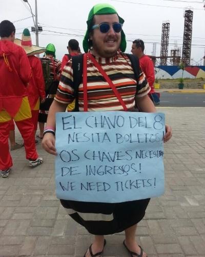 Torcedor fantasiado de Chaves tenta arrumar um ingresso na porta do Castelão antes de Brasil x México
