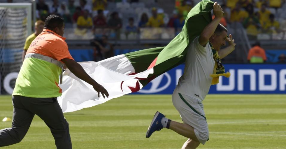 Torcedor invade o campo antes da partida entre Bélgica e Argélia