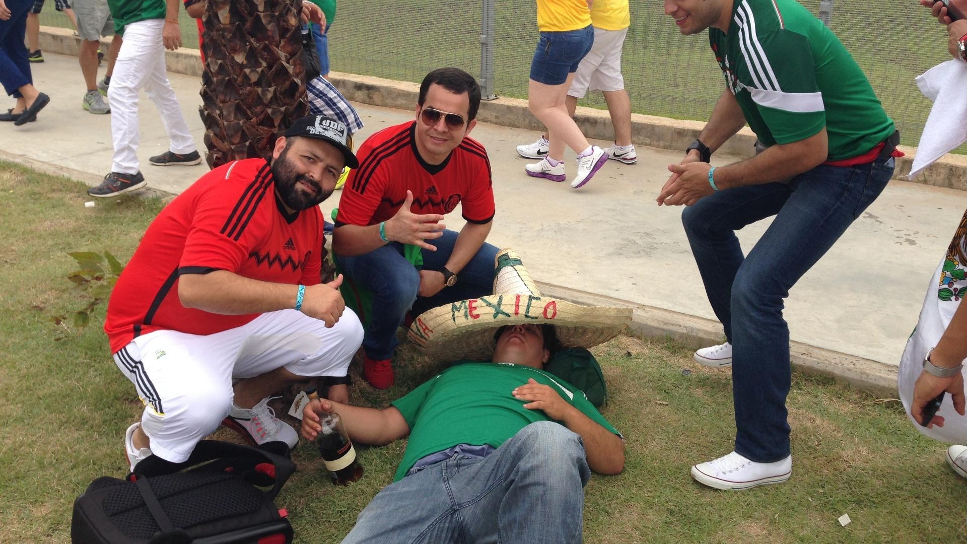 Torcedor mexicano Alberto Audifrey apaga com garrafa de rum nas imediações do Castelão