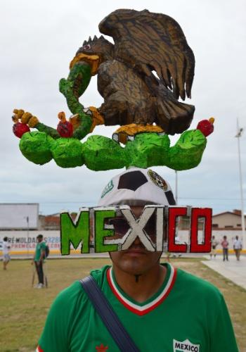 Torcedor mexicano ousa no adereço para cabeça na chegada ao jogo contra o Brasil