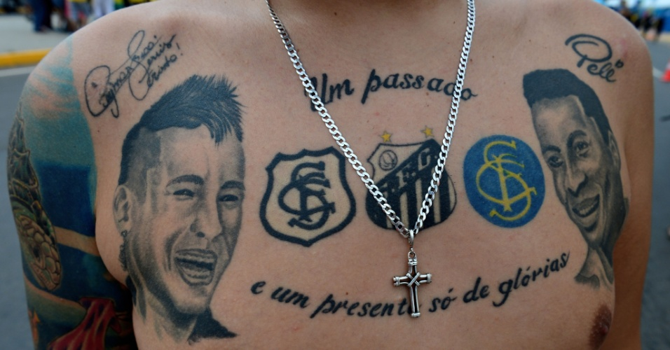 Torcedor mostra sua tatuagem estampando Neymar e Pelé no peito em Fortaleza, a caminho do Castelão para acompanhar Brasil x México