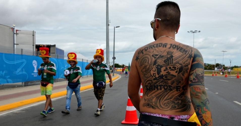 Torcedor tatuado em homenagem ao Santos passa por apoiadores do México em Fortaleza
