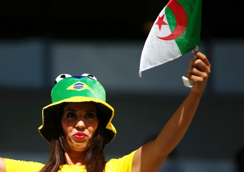 Torcedora do Brasil apoia a Argélia contra a Bélgica, no Mineirão