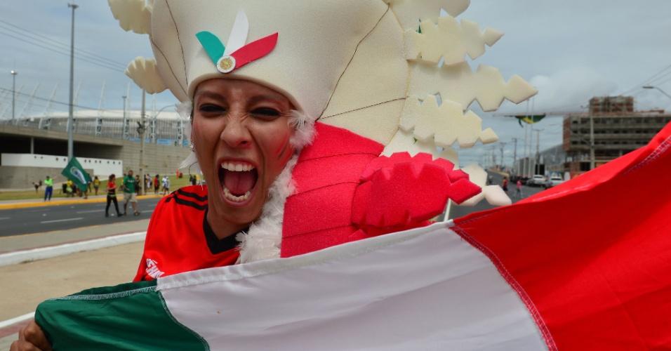 Torcedora mexicana se empolga antes do jogo contra o Brasil