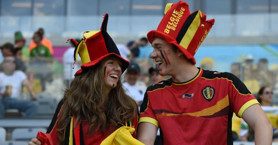 Torcedores belgas ocupam arquibancada antes da partida contra a Argélia, no Mineirão