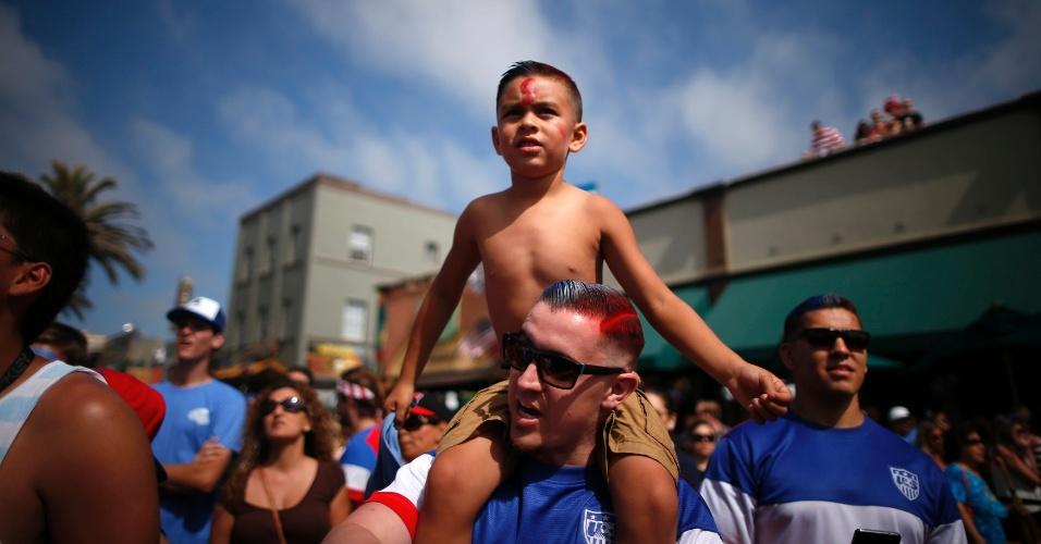Torcedores de todas as idades se reuniram em 'Hermosa Beach', na Califórnia, para assistir à vitória dos EUA sobre Gana na Copa do Mundo