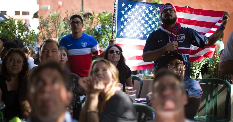 Torcedores dos Estados Unidos se reúnem em bar na Califórnia para assistir à estreia da seleção norte-americana na Copa do Mundo