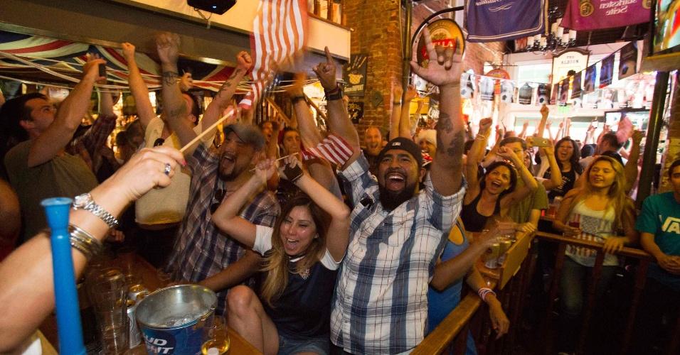 Torcedores dos Estados Unidos vão a loucura com vitória da seleção norte-americana sobre Gana na Copa do Mundo; eles assistiam ao jogo em um bar na Califórnia