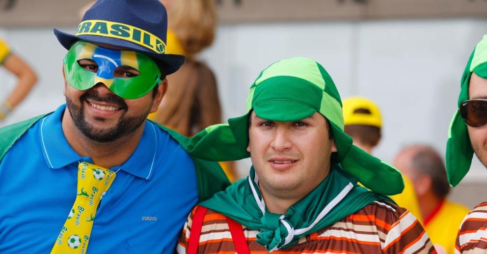Torcedores fantasiados de Chaves posam em frente ao Castelão antes de Brasil x México