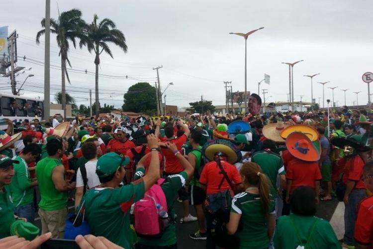 Torcida chega ao Castelão para o jogo Brasil x  México, em Fortaleza