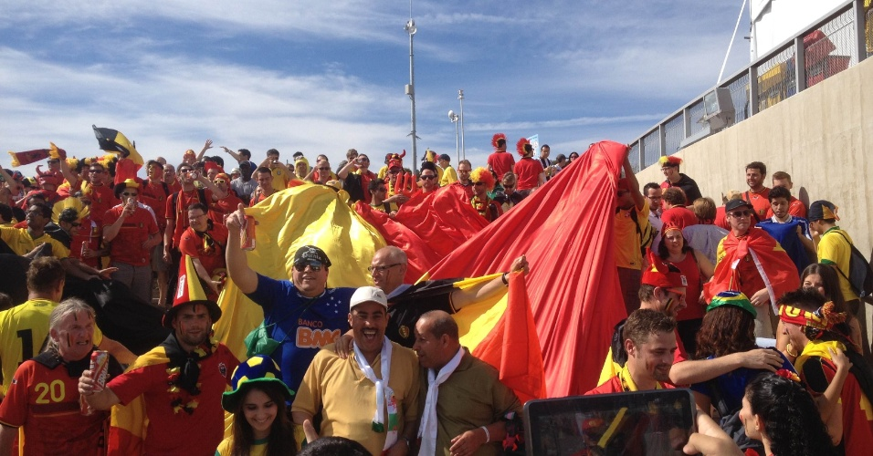 Torcida faz festa do lado de fora do Mineirão antes de Bélgica x Argélia
