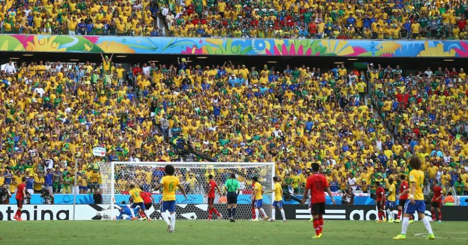 17.jun.2014 - Torcida no Castelão observa atenta a finalização de Neymar e a grande de defesa de Ochoa, no primeiro tempo