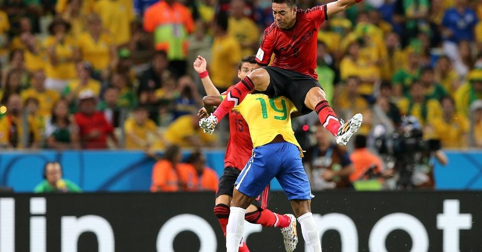 17.jun.2014 - Willian, que entrou no segundo tempo, é derrubado por Héctor Herrera no Castelão
