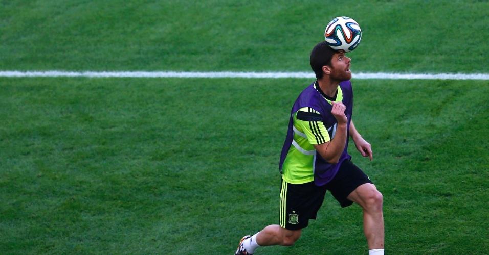 Xabi Alonso controla a bola com a cabeça durante treino da Espanha, no Maracanã