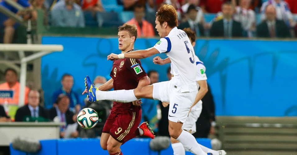 Young-Gwon, da Coreia do Sul, divide bola com Kokorin, jogador da Rússia, durante jogo na Arena Pantanal