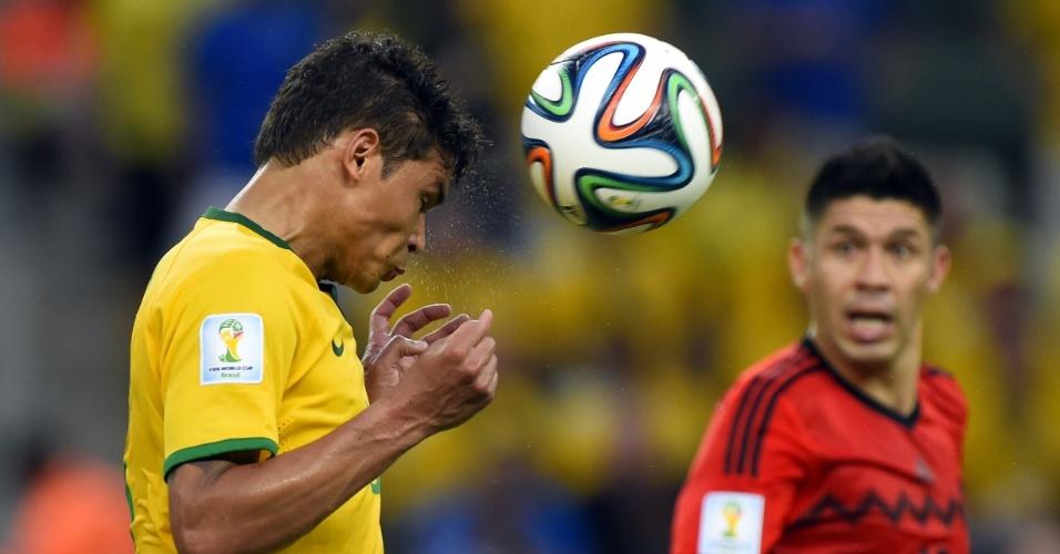 17.jun.2014 - Zagueiro e capitão brasileiro Thiago Silva cabeceia a bola e afasta o perigo no jogo contra o México