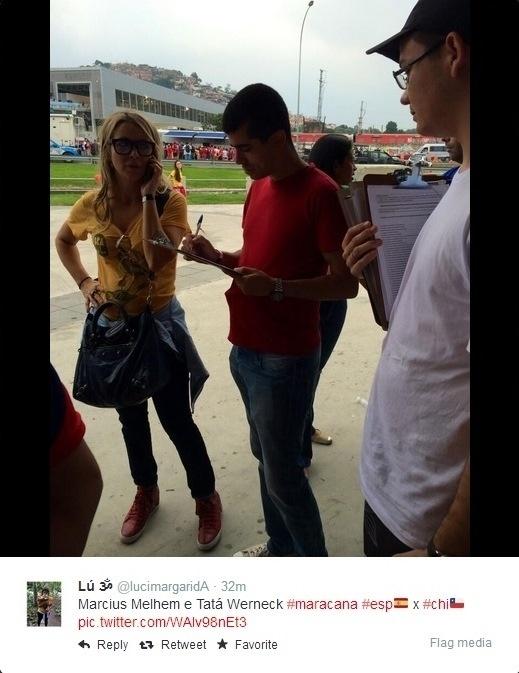18.06.2014 - Humorista Marcius Melhem (vermelho) e atriz Christine Fernandes na entrada do Maracanã
