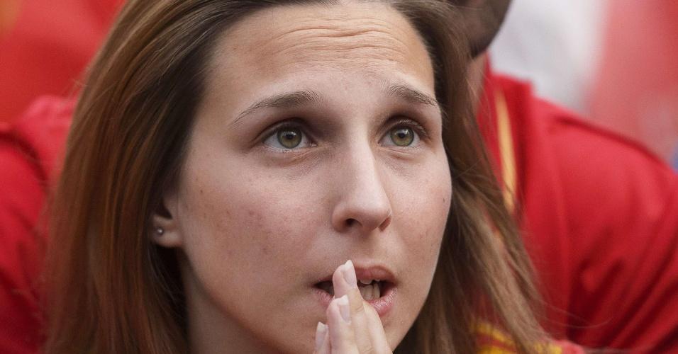 18.jun.2014 - A bela torcedora da Espanha não acredita no que vê ao acompanhar o jogo contra o Chile em um telão de Madri