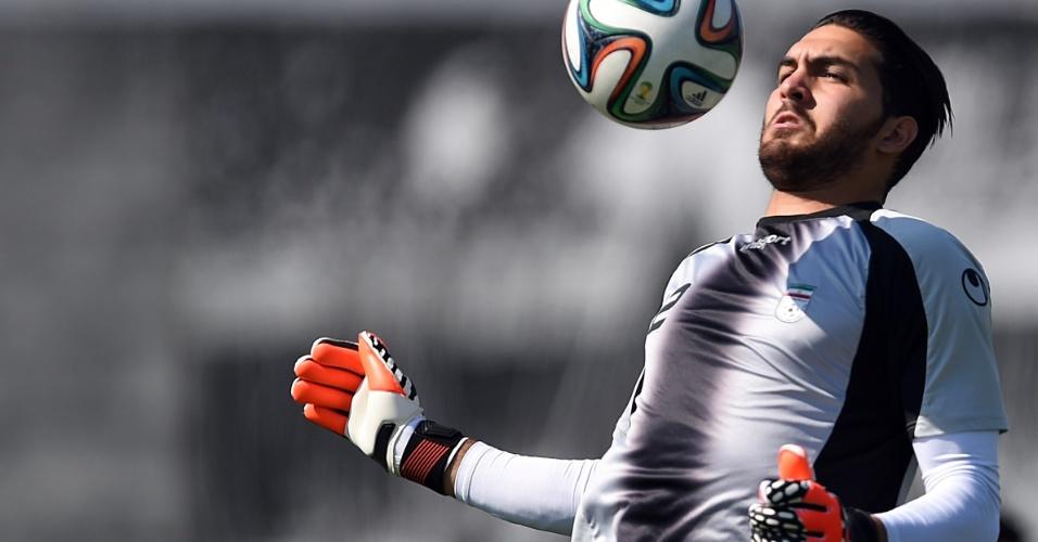18.jun.2014 - Alireza Haghighi, goleiro do Irã, faz embaixadinhas durante treino no CT Joaquim Grava, em São Paulo