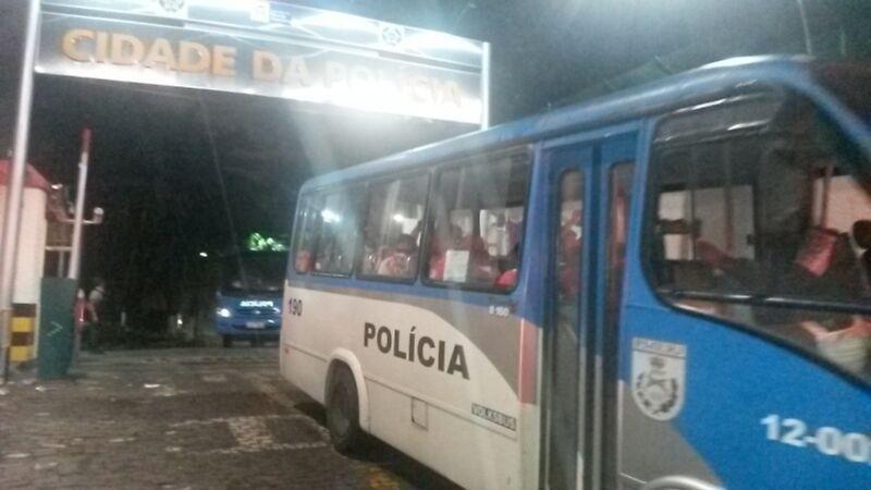 18.jun.2014 - Chilenos deixam, de ônibus, a Cidade da Polícia, no Rio de Janeiro