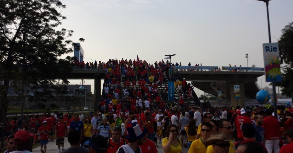 18.jun.2014 - Chilenos invadiram o Maracanã para o confronto decisivo contra a Espanha