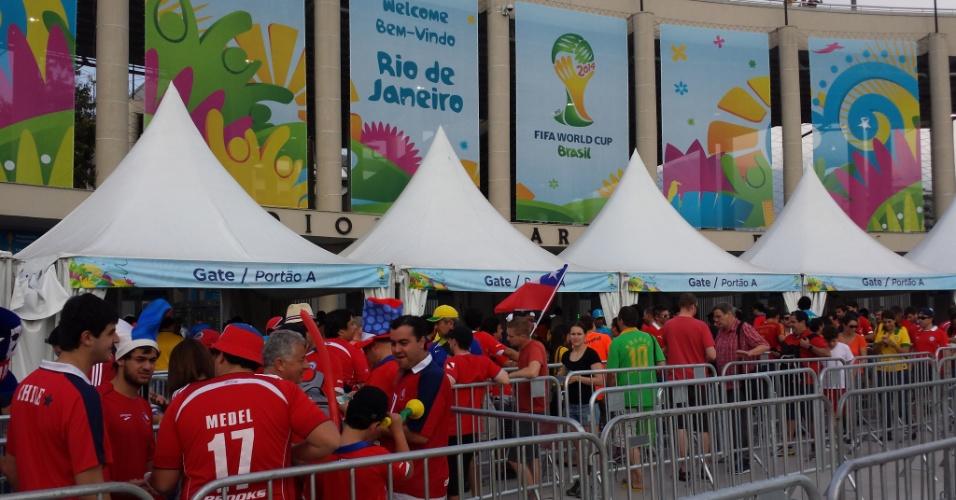 18.jun.2014 - Chilenos se organizam na fila antes de entrada no Maracanã