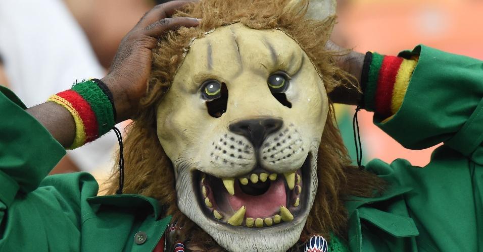 18.jun.2014 - Conhecidos como Leões Indomáveis, o torcedor escolheu uma máscara a caráter para o jogo contra a Croácia na Arena Amazônia