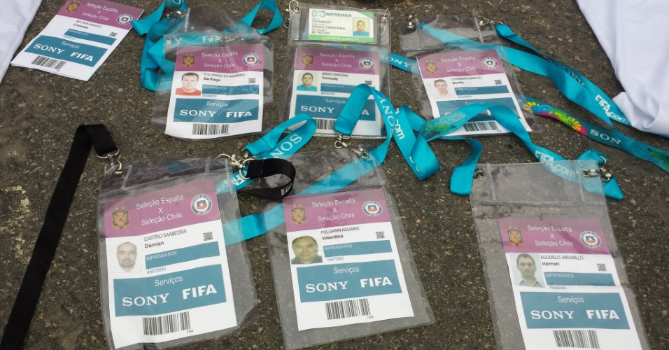 18.jun.2014 - Credenciais apreendidas com grupo de estrangeiros que tentava vendê-las próximo ao Maracanã