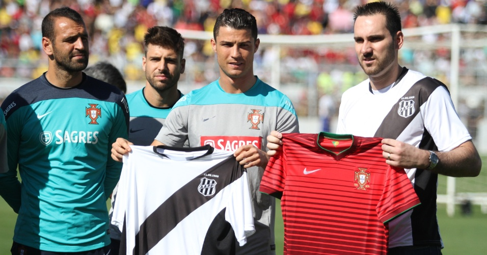 18.jun.2014 - Cristiano Ronaldo exibe camisa da Ponte Preta durante treino aberto da seleção de Portugal no Moisés Lucarelli