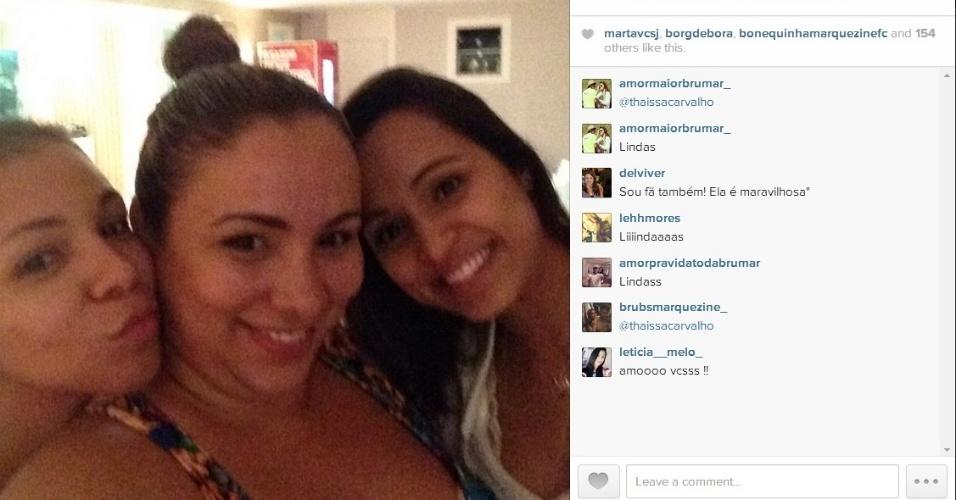 18.jun.2014 - Cunhada de Thiago Silva posa ao lado de Thaissa Carvalho, namorada de Dani Alves
