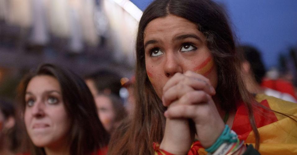 18.jun.2014 - De Madri, torcedora espanhola acompa aflita o jogo contra o Chile
