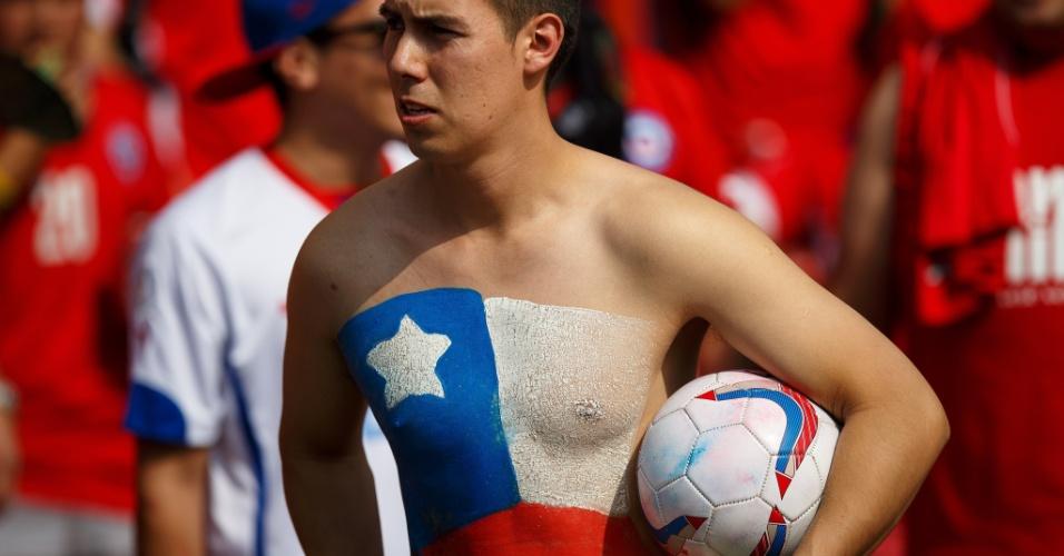 18.jun.2014 - Este chileno visto nas proximidades do Maracanã pode dizer que leva o país no peito