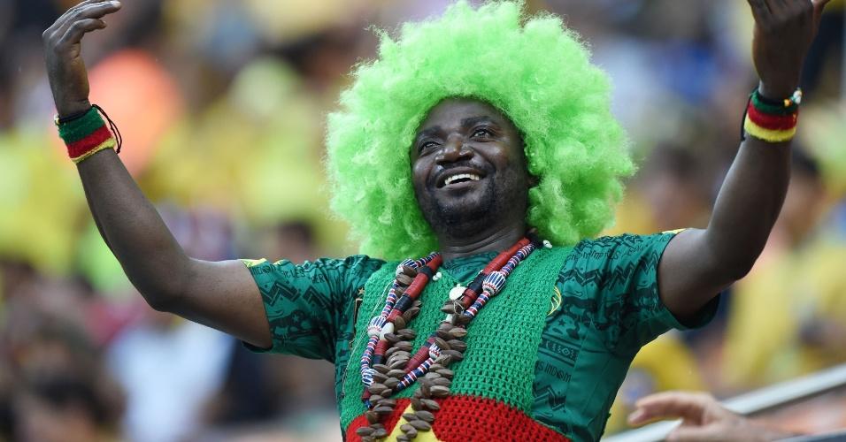 18.jun.2014 - Este torcedor de Camarões preferiu a peruca e detalhes com as cores da bandeira do país