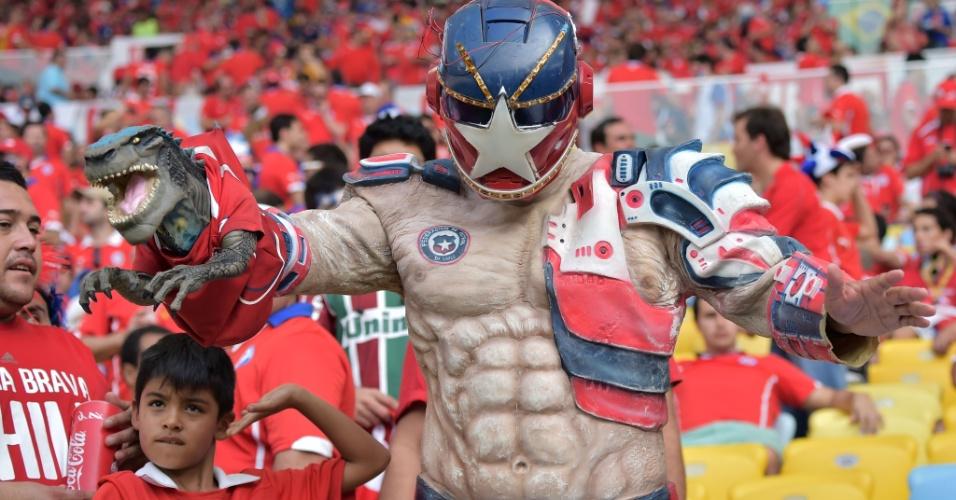 18.jun.2014 - Fantasiado de super-herói, torcedor chileno faz a festa antes do jogo contra a Espanha no Maracanã