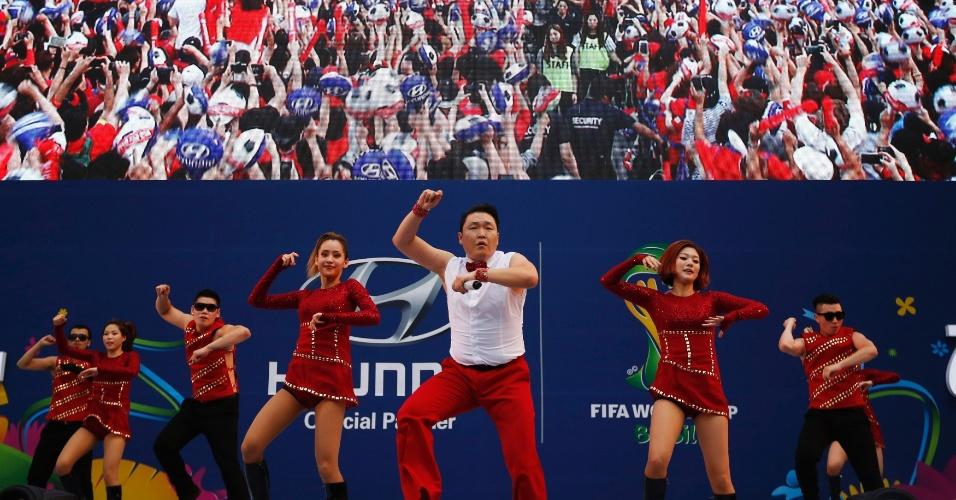 18.jun.2014 - O rapper Psy cantou para milhares de pessoas na Coreia do Sul, em Seul, durante a estreia do país na Copa do Mundo contra a Rússia