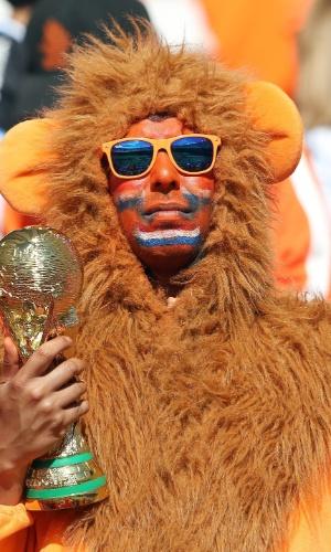 18.jun.2014 - O torcedor fantasiado de leão aposta no título da Holanda, principalmente após a goleada em cima da campeã Espanha