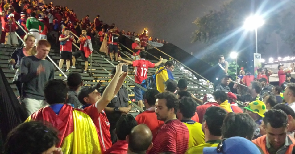 18.jun.2014 - Os torcedores pararam para tirar fotos enquanto eram barrados pela PM com objetivo de evitar aglomeração na instável escada do Maracanã