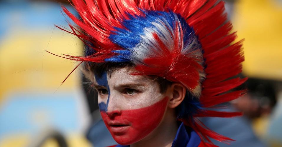 18.jun.2014 - Pequeno torcedor do Chile pinta o rosto e usa peruca para o jogo contra a Espanha