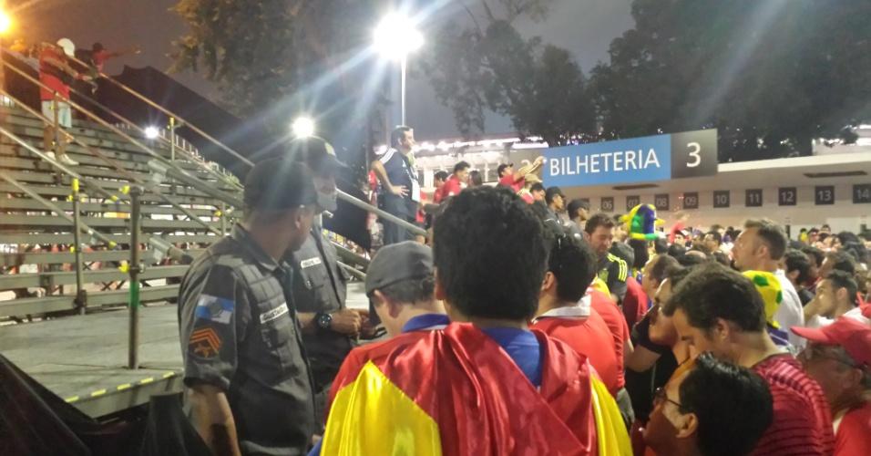 18.jun.2014 - Policiais militares montam uma barreira para impedir a aglomeração de torcedores na escada do Maracanã após Espanha 0 x 2 Chile