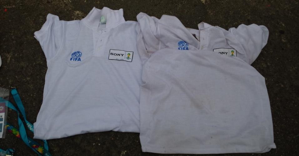 18.jun.2014 - Quatro pessoas foram presas no Maracanã tentando vender credenciais e camisas da Fifa