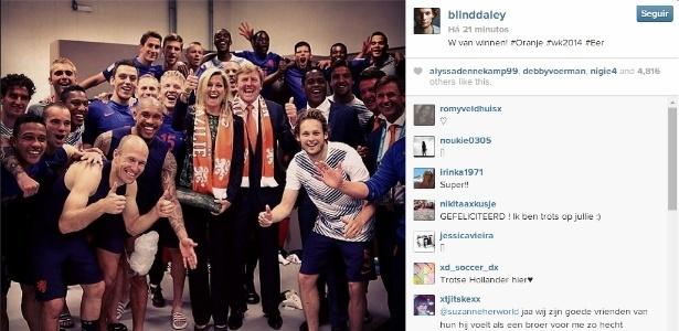 O rei Willem-Alexander e a rainha Máxima visitam os jogadores da Holanda, após vitória contra a Austrália