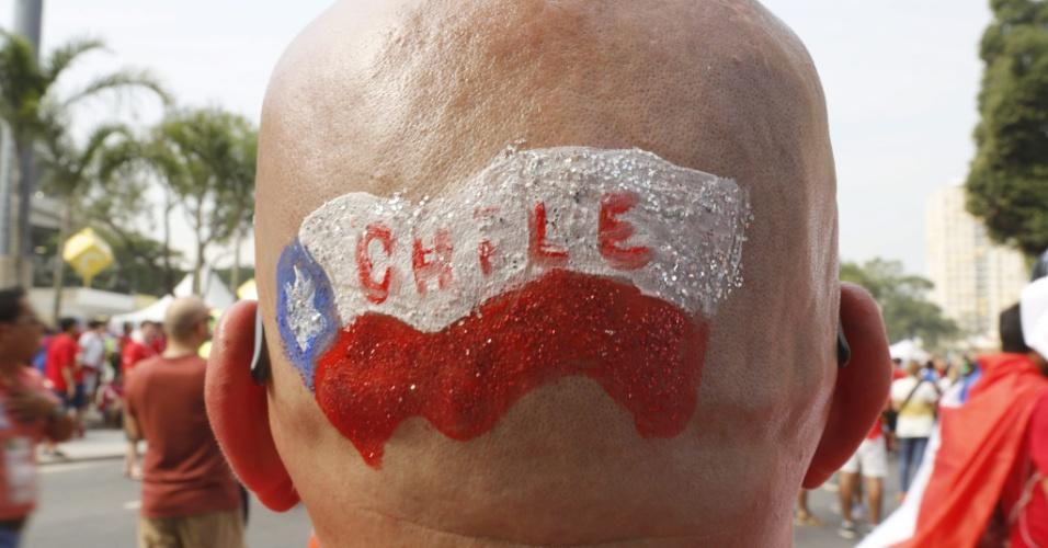 18.jun.2014 - Torcedor aproveita a careca para exibir a bandeira do Chile antes da partida contra a Espanha