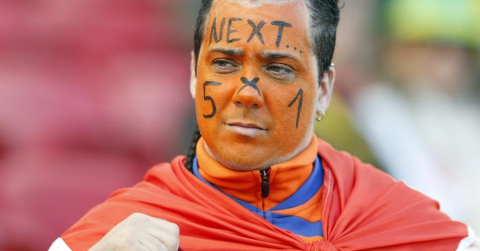18.jun.2014 - Torcedor da Holanda aposta em outra goleada por 5 a 1 no confronto contra a Austrália