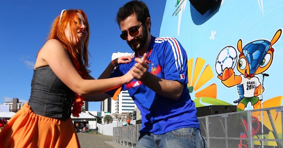18.jun.2014 - Torcedor francês tenta aprender algum passo de dança na Fan Fest de Porto Alegre enquanto Holanda e Austrália jogam no Beira-Rio
