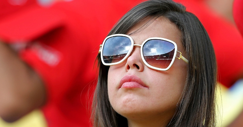 18.jun.2014 - Torcedora aguarda início da partida entre Espanha e Chile no Maracanã