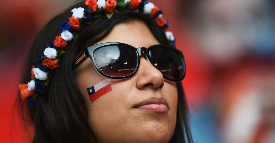 18.jun.2014 - Torcedora chilena assiste vitória do Chile sobre a Espanha no Maracanã