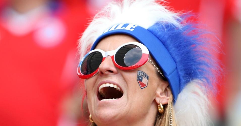18.jun.2014 - Torcedora chilena antes do jogo contra a Espanha no Maracanã
