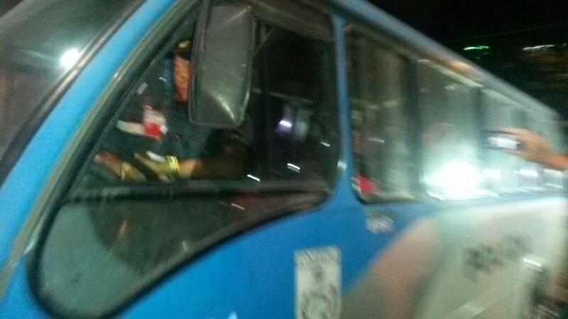 18.jun.2014 - Torcedores chilenos deixam Maracanã em ônibus da Polícia Militar após tentarem entrar no estádio pelo centro de imprensa