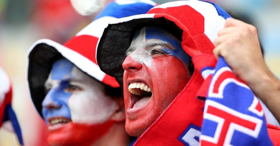 18.jun.2014 - Torcedores com o rosto pintado aguardam início da partida entre Espanha e Chile no Maracanã